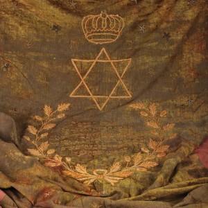 Parohet cu dedicație în ebraică, brodat cu argint aurit, luna AV anul 5665 (iunie-iulie 1904/1905)