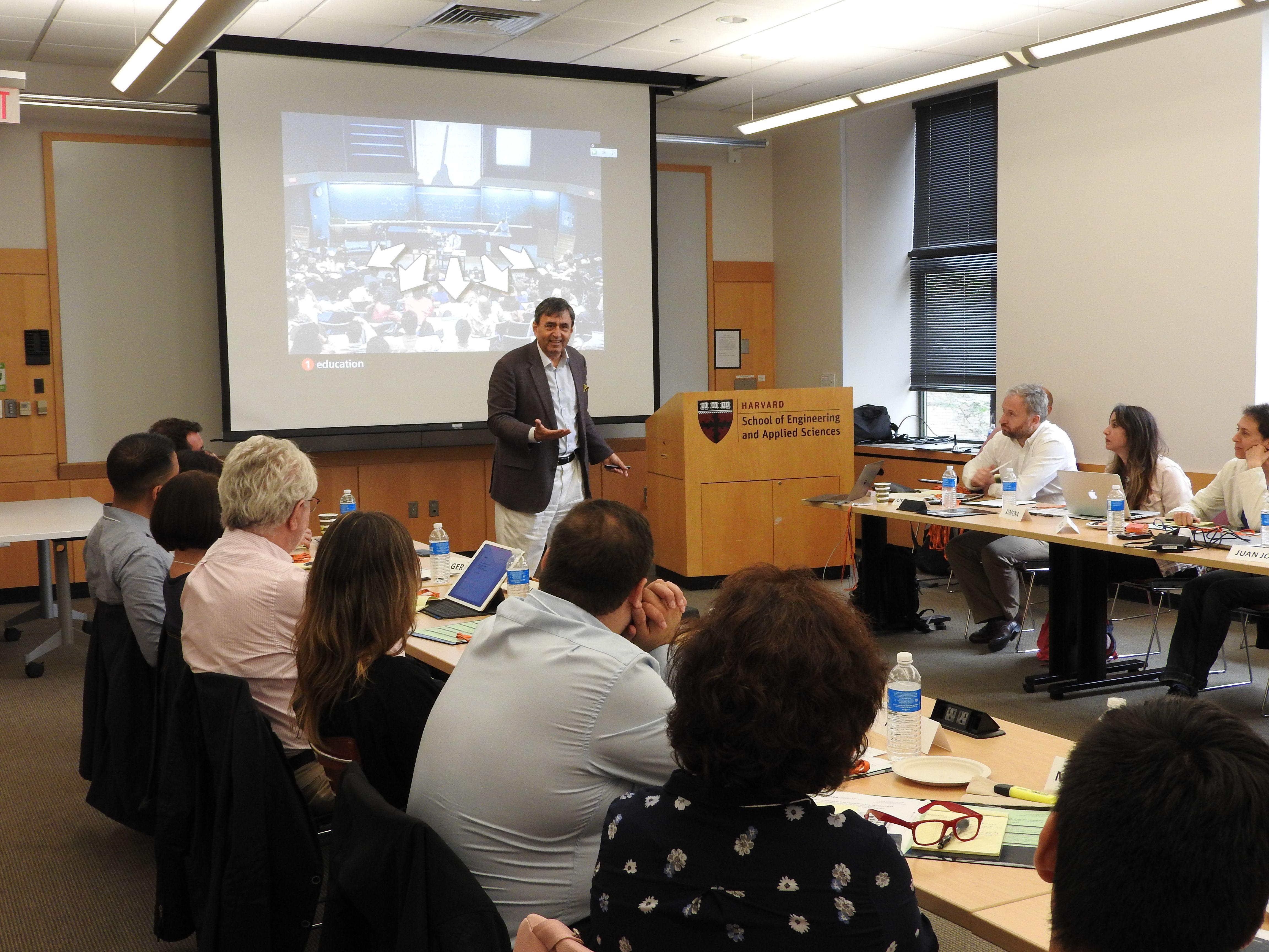 Los nuevos modelos e instrumentos de enseñanza centran el simposio sobre liderazgo educativo e innovación curricular con profesores de la  Universidad de Harvard y de MIT