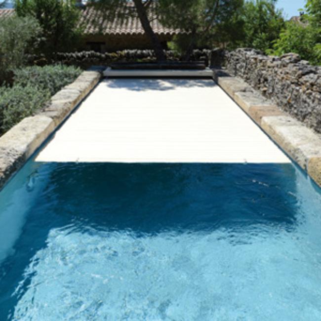 Volet pour piscine une scurit esthtique cologique et for Volet piscine automatique