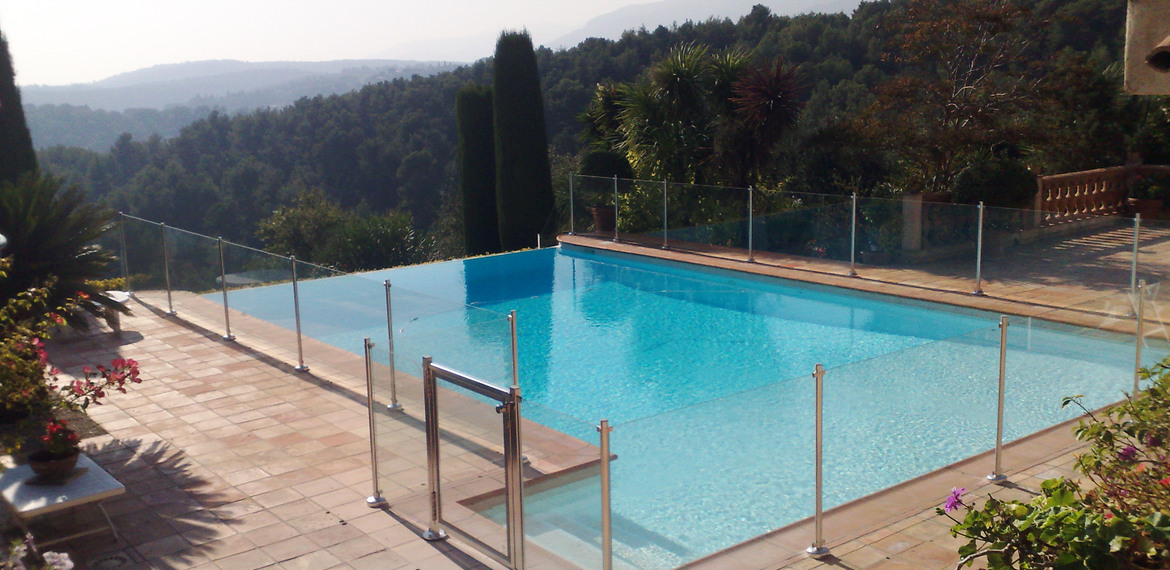 Une barri re de s curit piscine pour prot ger vos enfants for Barriere piscine plexiglass