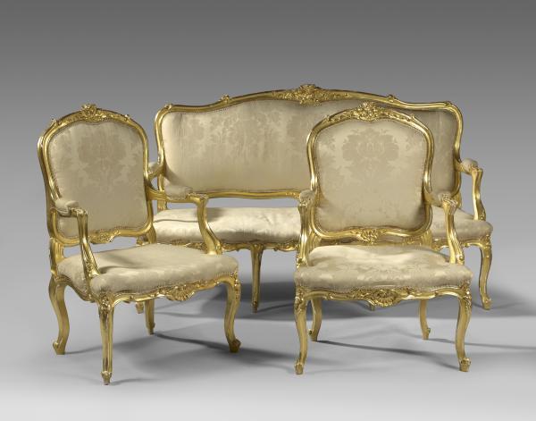 Mobilier de salon en bois dor comprenant un canap et for Canape et deux fauteuils