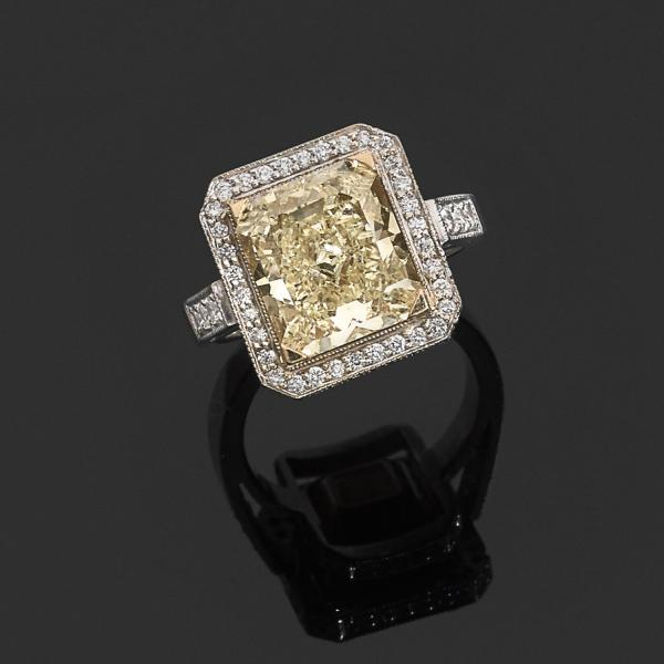 IMPORTANTE BAGUE DIAMANT FANCY YELLOW  - Elle est ornée d'un diamant radiant Fancy [...]