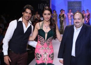 Shraddha Kapoor on the ramp for Gitanjali at the IIJW 2014