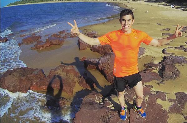 Marc Márquez entrenando en la playa