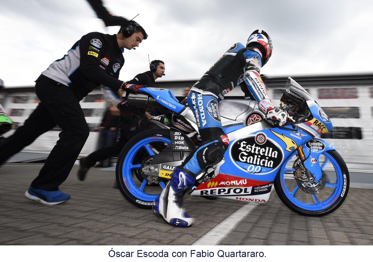 Fabio Quartararo sobre la moto en el pitlane con miembros del equipo