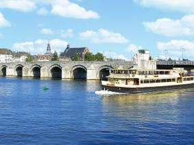 Dagtocht Met een Amerikaanse schoolbus door Maastricht