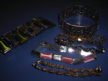 http://s3-eu-west-1.amazonaws.com/bumblebeeauction/201310/ASSORTED BRACELETS.jpg
