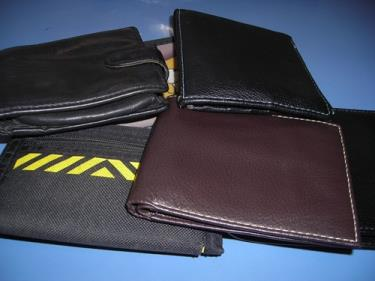 http://s3-eu-west-1.amazonaws.com/bumblebeeauction/201310/SIX MENS AND BOYS WALLETS.jpg