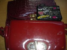 http://s3-eu-west-1.amazonaws.com/bumblebeeauction/201310/TWO HANDBAGS  ZIP PURSE.jpg