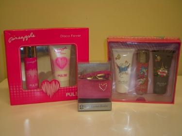 http://s3-eu-west-1.amazonaws.com/bumblebeeauction/201402/2 GIFT SETS AND LIPSTICK HOLDER.JPG