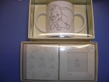 http://s3-eu-west-1.amazonaws.com/bumblebeeauction/201403/CLASSIC DISNEY MUG AND MINI PHOTO SET.jpg