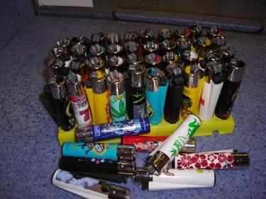http://s3-eu-west-1.amazonaws.com/bumblebeeauction/201403/clipper lighters.jpg