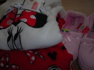 http://s3-eu-west-1.amazonaws.com/bumblebeeauction/201405/MINNI MOUSE PJS  PINK SLIPPERS.jpg