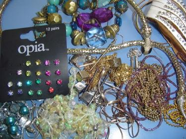 http://s3-eu-west-1.amazonaws.com/bumblebeeauction/201408/ASSORTMENT OF COSTUME JEWELLERY.jpg
