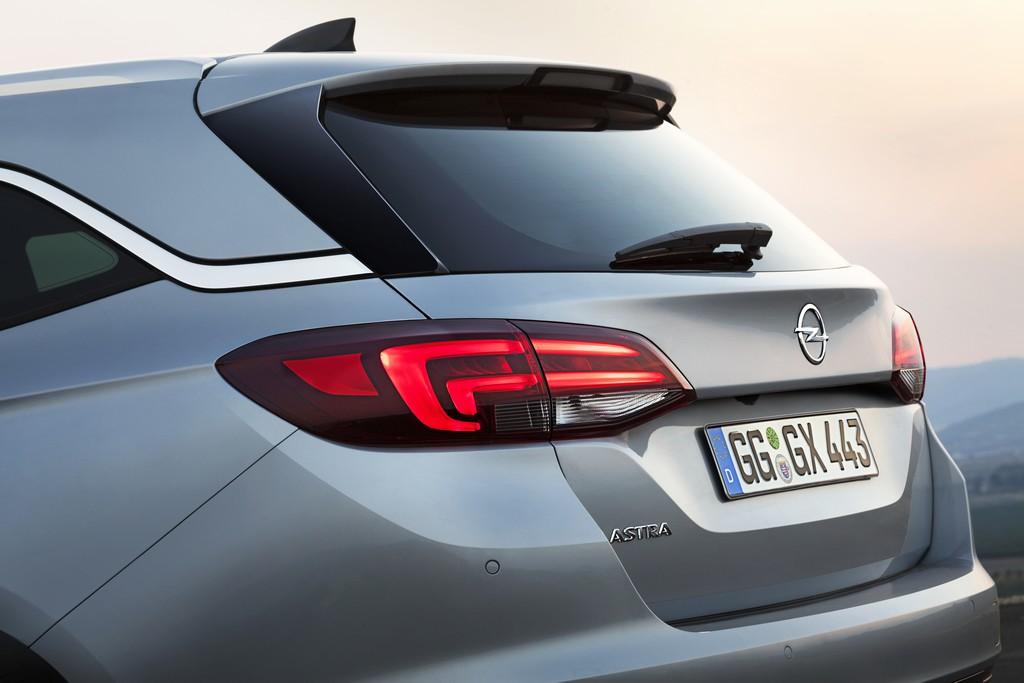 Opel Astra Sports Tourer faro Posteriore