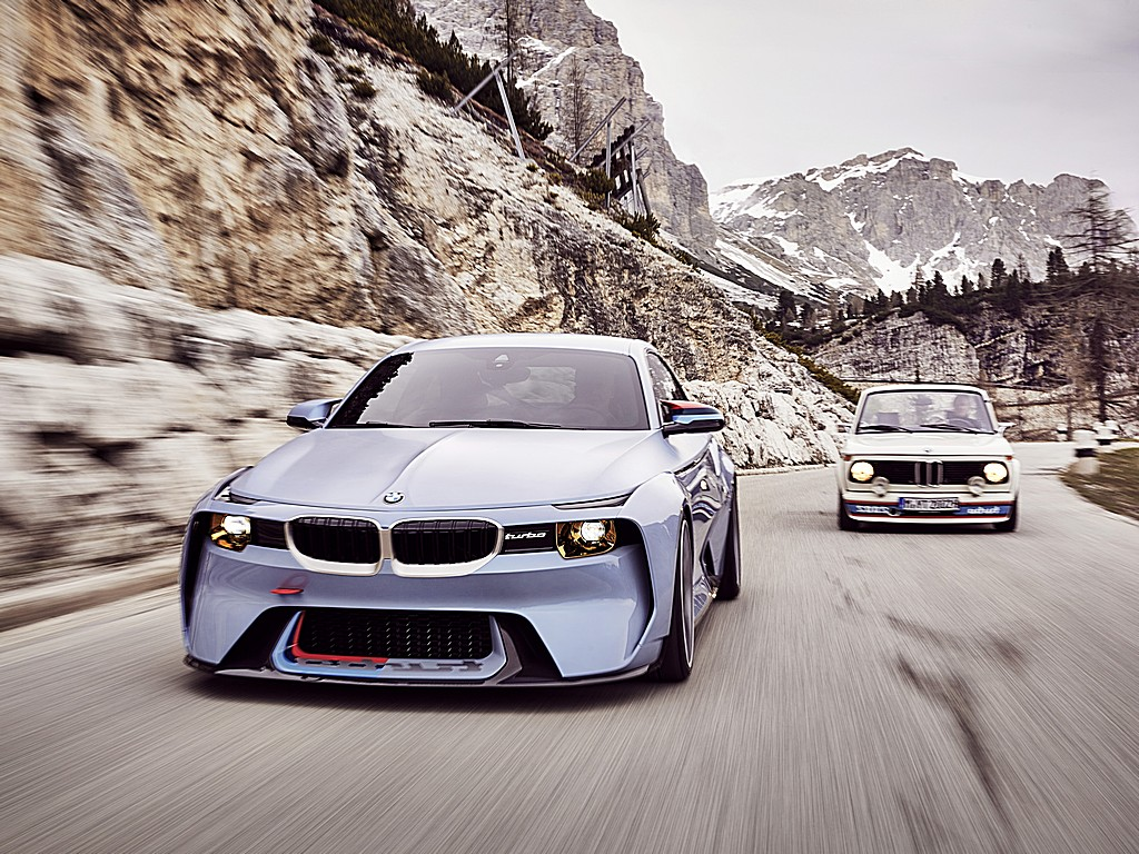 BMW 2002 Hommage con storica Dinamica