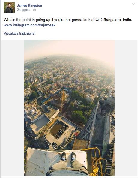 James Kingston sulla cima di una gru a Bangalore