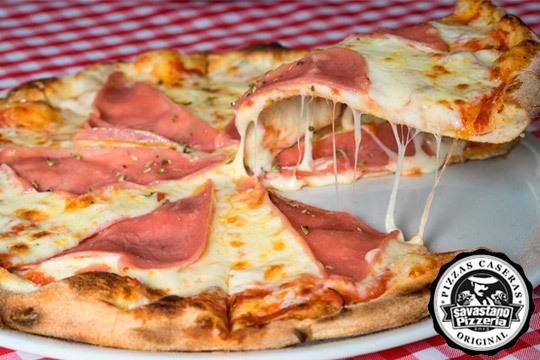 Acércate a Pizzería Savastano para degustar tu pizza favorita con bebida y postre ¡2 pizzas + 2 bebidas + Tiramisú!