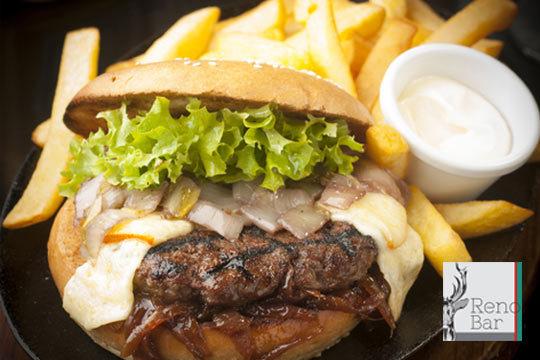 Si te apasiona comer bien elige entre una hamburguesa de buey completa con patatas o una sartenada + bebida en el bar Reno