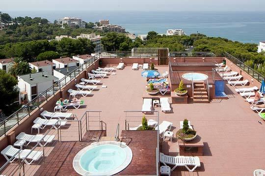 Disfutura de 3 noches en Salou en el hotel Top Molinos Park en pensión completa ¡Para 2 personas!