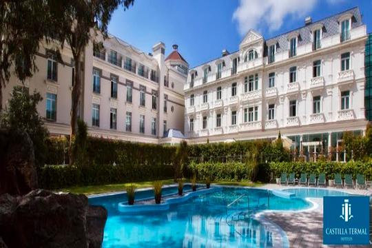 Relájate en la piscina termal de Castilla Termal Balneario de Solares ¡Complétalo con un menú o almuerzo en su magnífico restaurante El Manantial!