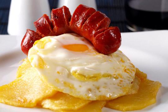 Disfruta del sabor de siempre con 2 platos de huevos rotos a elegir  + 6 croquetas + 2 copas de vino, cañas o refrescos en 3 BBB ¡Te chuparás los dedos!