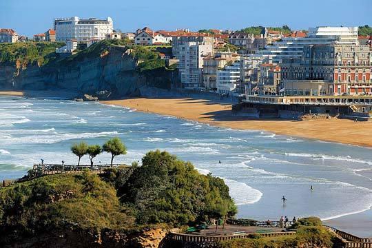 ¡Este puente octubre relájate en familia o con los amigos en Biarritz! Alojamiento en Résidence Mer et Golf Eugénie, un resort de alto standing a orillas de la playa Marbella