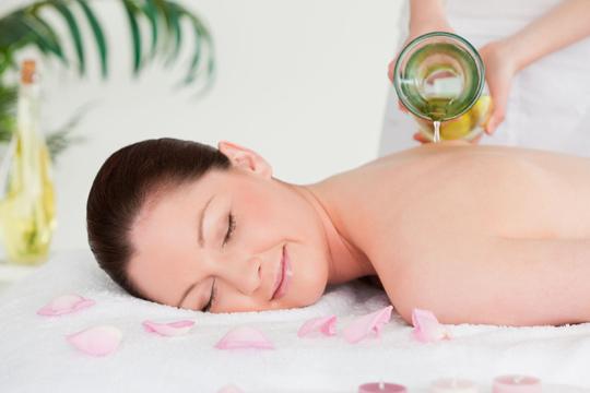 Relájate y disfruta de un rato de bienestar con un masaje relajante de cuerpo entero con aceites esenciales y musicoterapia ¡Puro bienestar!