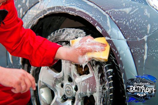 Tu coche como nuevo con una limpieza integral en Lavacoches Detroit ¡Limpieza interior y opción a exterior a mano, encerado de carrocería y limpieza de tapicería!