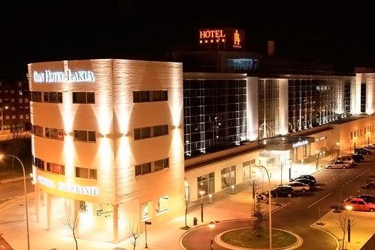Descubre Vitoria-Gasteiz con una noche + desayuno + arroz con bogavante en el Gran Hotel Lakua 5*