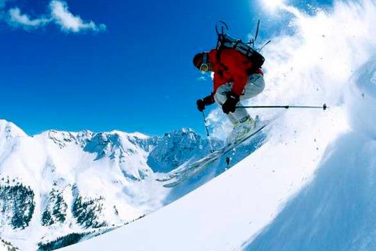Estrena los esquíes con un fin de semana de lujo en Astún o en Candanchú con 2 noches de alojamiento y 1 día de forfait ¡Te alojarás en el coqueto hotel Santa Cristina Petit Spa!