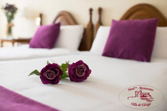 Sumérgete en el mundo del vino con una escapada al hotel Villa de Elciego con 1 o 2 noches con desayunos y visita a bodega con cata
