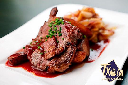 Degusta el exquisito menú casero de Txola Jatetxea con ensalada, pescado y carne y postre ¡Incluye bebida!