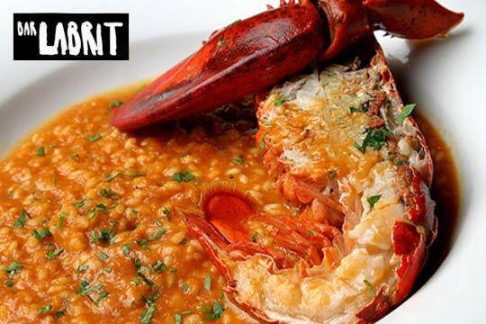 Degusta los deliciosos platos de este completo menú en el Labrit de Gros ¡junto a la Zurriola!