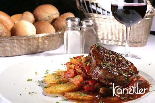 Degusta un exquisito menú con primero, segundo, postre y bebida en el restaurante Kanziller