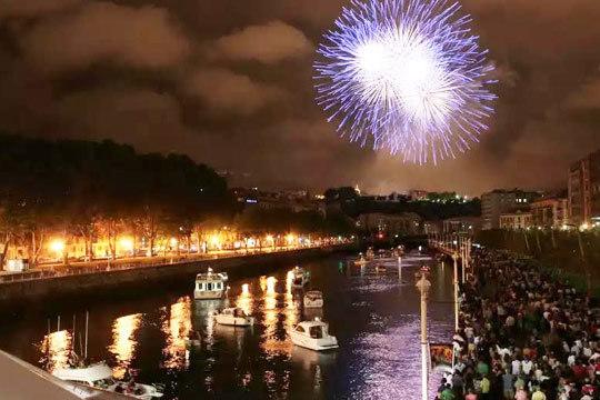 El 21 de agosto súbete a un barco para contemplar los fuegos artificiales de Aste Nagusia ¡Incluye hot dog de Tathe y música!