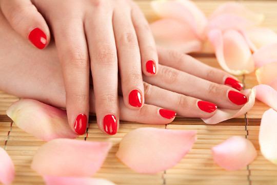 Presume de manos con la colocación y esculpido de uñas acrílicas en el centro Amets Estilistas