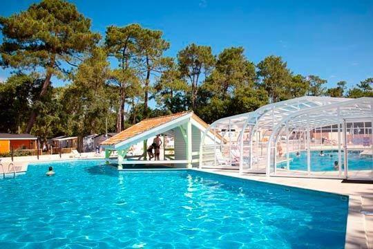 Disfruta en un camping con piscinas climatizadas, toboganes, bar-restaurante, tienda, club y mucho más