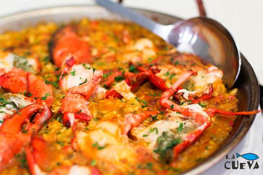 Menú de arroz con bogavante, entrante, postre y botella de vino en La Cueva ¡Una jornada gastronómica marinera!