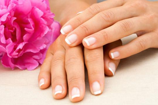 Luce unas manos perfectas, suaves e hidratadas, con una sesión de manicura normal o semipermanente en el Salón de Belleza Lucía Romero