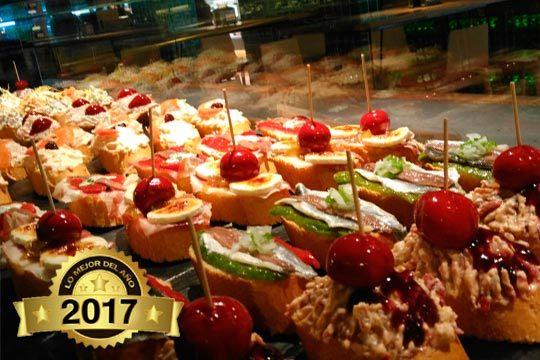 Come de pìntxos en el mejor Gastro Bar del mercado de abastos, un lugar singular y diferente donde degustar los mejores productos locales