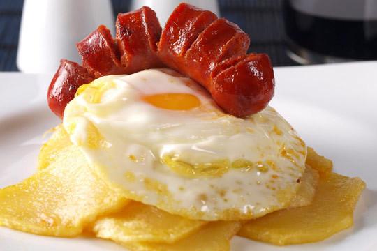 Disfruta del sabor de siempre con 2 platos de huevos rotos a elegir  + 6 croquetas + 2 copas de vino, cañas o refrescos ¡Te chuparás los dedos!