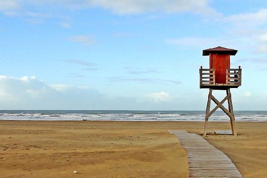 ¡Disfruta de las maravillosas playas de Costa de La Luz onubense! 7 noches de alojamiento en Matalascañas con régimen de media pensión para 4 personas