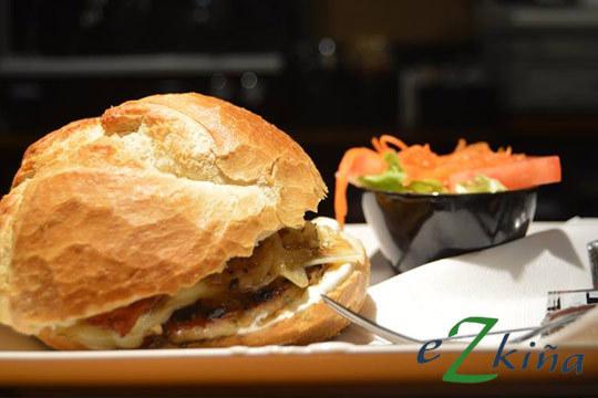 ¡Degusta un menú de hamburguesa de primera en Ezkiña Taberna! Con carne de ternera gallega, ración de verduritas de la huerta en tempura y bebida