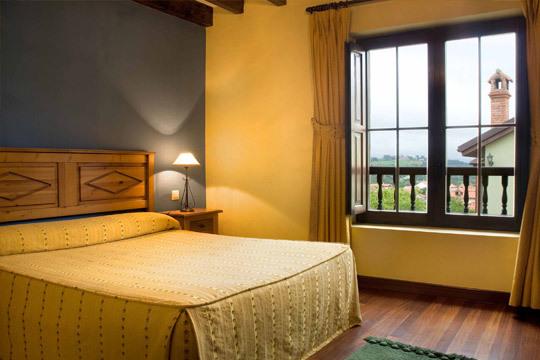 1 o 2 noches con desayuno en la encantadora posada rural EntreComillas ¡El mar y la montaña te esperan en Cantabria!