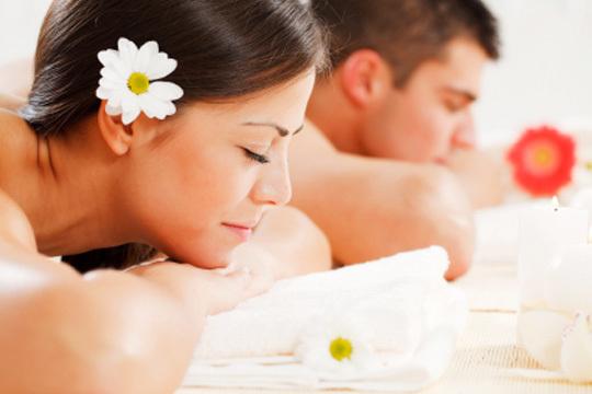 Disfruta de un masaje en pareja de 60 minutos en el centro El Clavo ¡Con bombones!