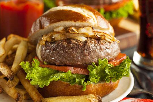 Fabuloso menú de hamburguesa casera con patatas, nachos a la mexicana y bebida en el Auñamendi ¡El verdadero placer por las cosas buenas!