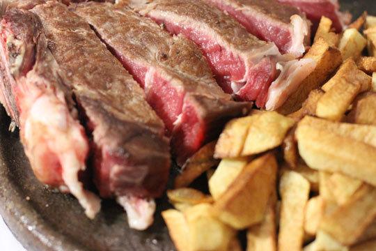 Degusta un completo menú de txuletón con entrantes, postre y bebida en el Batzoki de Miribilla