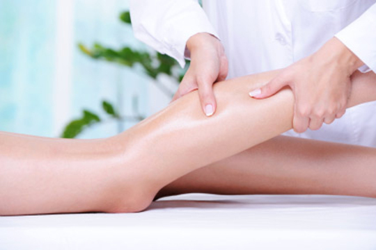 Olvídate de las piernas cansadas e hinchadas gracias a un relajante masaje antifatiga con aromaterapia en piernas, glúteos y pies