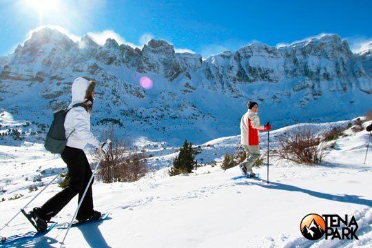 Disfruta del paisaje, de la nieve y del deporte en Huesca con una ruta con raquetas de nieve durante 3 horas ¡Incluye traslado en 4x4 y comida!
